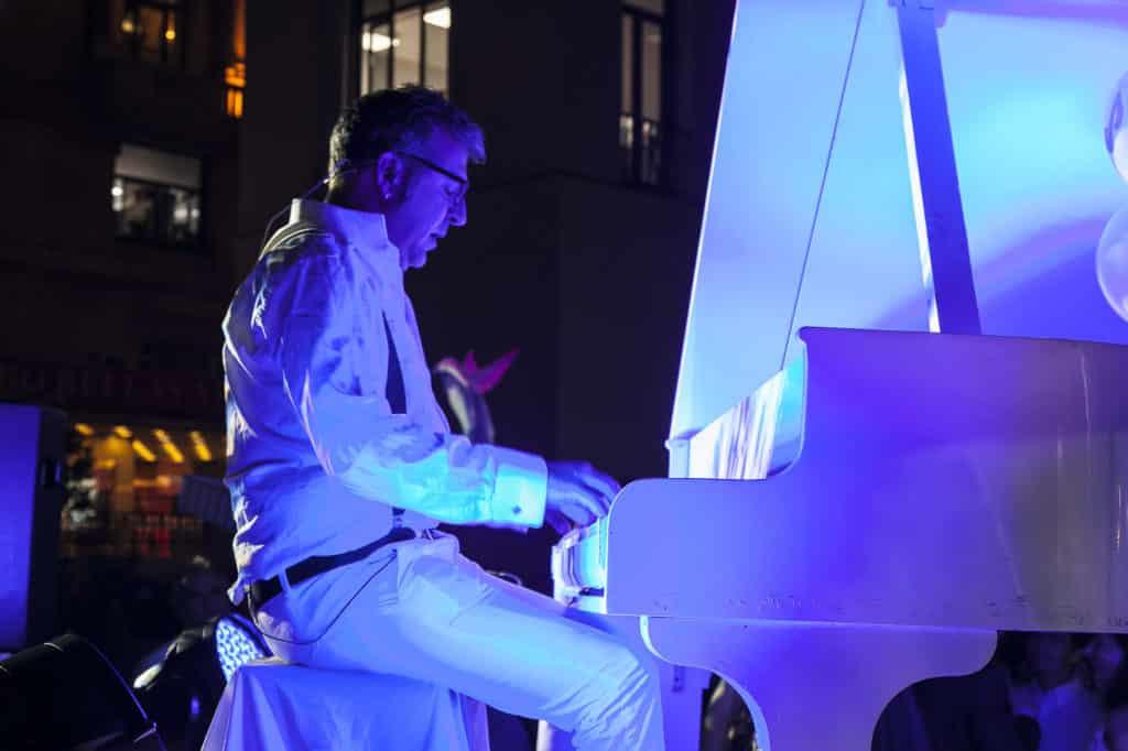 Vertical Piano Show - Aerial Piano Show